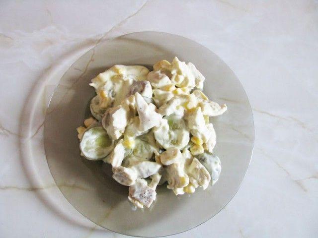 Reteta culinara Salata din piept de pui cu ciuperci si castraveti murati din Carte de bucate, Salate. Specific Romania. Cum sa faci Salata din piept de pui cu ciuperci si castraveti murati