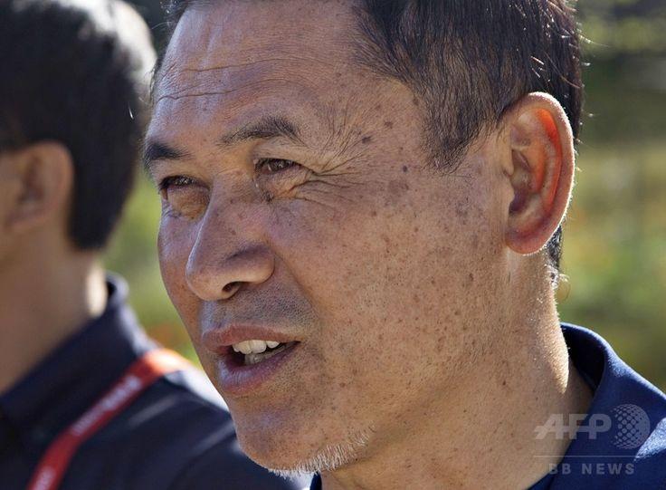 女子サッカーW杯カナダ大会に出場する女子日本代表の練習で、報道陣の質問に答える佐々木則夫監督(2015年6月10日撮影)。(c)AFP/ANDY CLARK ▼11Jun2015AFP|なでしこジャパン、カメルーン戦に向けて練習―女子サッカーW杯 http://www.afpbb.com/articles/-/3051350 #Japan_womens_national_football_team #Vancouver #Norio_Sasaki #佐々木則夫