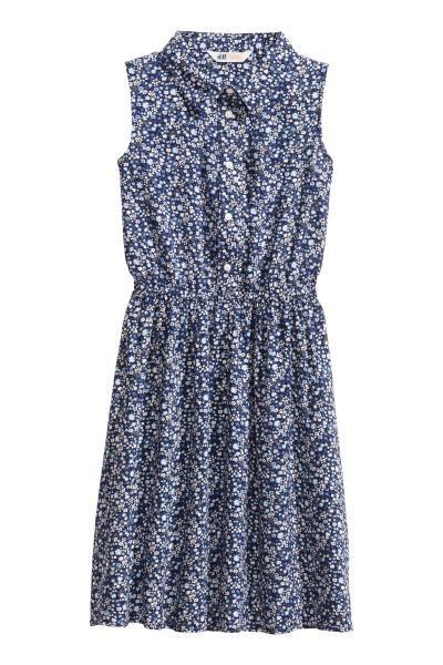 Платье-рубашка: Платье-рубашка без рукавов из вискозной ткани с широкой юбкой. Отложной воротник, нагрудный карман и застежка сверху. Отрезная талия на резинке. Без подкладки.