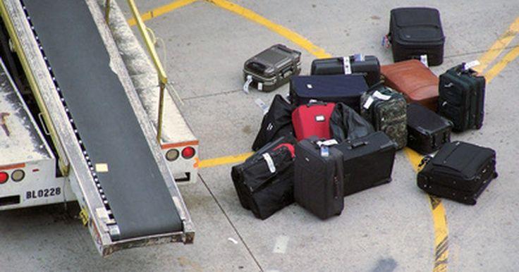 Cómo reparar una maleta de viaje. Viajar puede afectarte gravemente a ti y a tus maletas de viaje. Asas, ruedas, correas y cremalleras rotas son algunos de los problemas más comunes e incómodos, ya sea en el aeropuerto o cuando llevas o tres libros de la biblioteca en una bolsa de viaje. Mantener las piezas de repuesto cerca para el momento en que cualquiera de estas ...