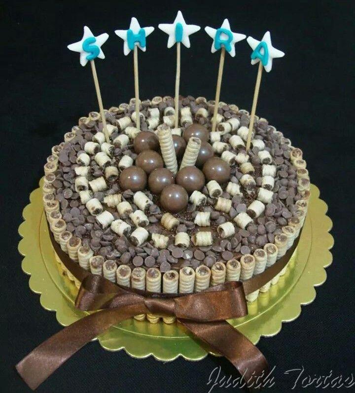 Torta decorada con pirulines, chispas de chocolate y torontos
