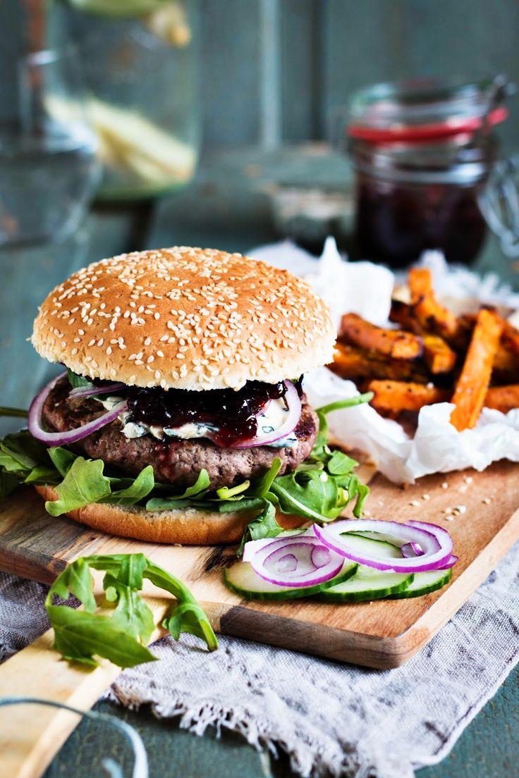 Wildschwein-Burger mit Cranberry-Kompott und Süßkartoffel-Pommes.  Homemade wild boar burger, cranberry sauce, sweet potato fries. Seelenschmeichelei.blogspot.de