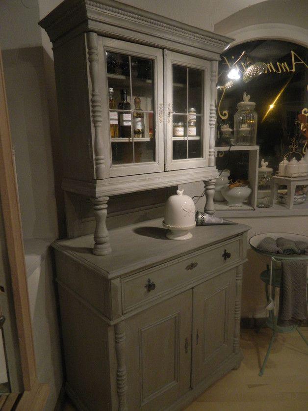 Dies ist ein antikes, bäuerliches Küchenbüffet, welches in der Vintage Paint aus Dänemark gestrichen und mit Wachs versiegelt wurde. Der Farbton heisst Warm Latte und wurde aussen sowie innen...