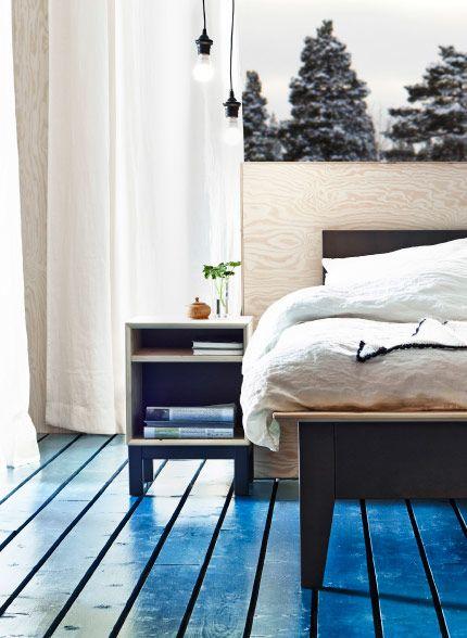 Soverom med seng og nattbord, alt i massiv furu