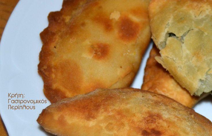 Οι πιο αγαπημένες χορτόπιτες της Κρήτης, είναι με άγρια γιαχνερά χόρτα! Όταν η γη σου δίνει απλόχερα τόσα χόρτα, οι πίτες έχουν μεγάλη ποικιλία στη γέμισή τους!  Οι πίτες της Κρήτης είναι κυρίως πίτες τηγανιού (φυσικά δεν μπορούμε να αγνοήσουμε το χανιώτικο μπουρέκι , την κρεατότουρτα και τον τζουλαμά, …