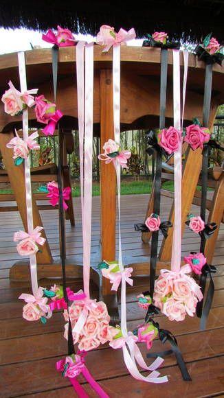 * valor R$ 161,90 kit refere-se a :  -5 mobiles P. Medidas 90 cm. Com 6 rosas  -2 bolas PP medidas 10x10 com cada bola valor unitário    **Pode pedir quantas quiser, quando fizer seu pedido informe**:  1) cor das flores:  2) quantidades:  3) cor da fita:    Mobiles nas cores rosa, pink bolas nas cores rosa  Cada rosa um lacinho! Perfeito charme! Cors das fitas rosa,pink e preto! Perfeito!    Flores em e.v.a. Material perfeito pois imita o toque, aparencia e textura de uma rosa natural…
