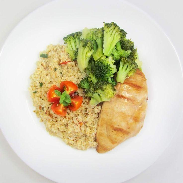 Frango grelhado + Salada de quinoa + Brócolis no vapor