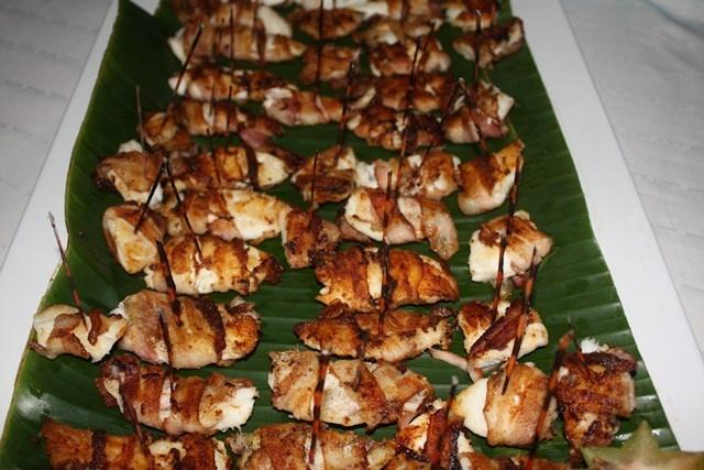 Este puedes prepararlo en casa, son fileticos de pez león envueltos en tocineta y al horno. que delicia!