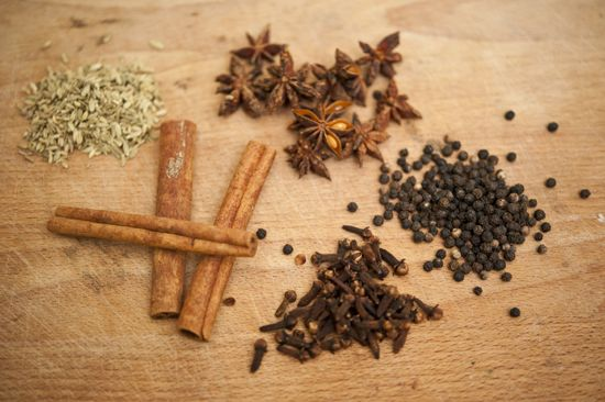 5 spice blend •2 tablespoons black peppercorns  •2 tablespoons whole cloves  •3 cinnamon sticks, about 2-inches long  •2 tablespoons fennel seed  •10 whole star anise  • •  Instructions 1.Combine all ingredients in a spice blender, coffee grinder or food processor and blend into a fine powder.  -