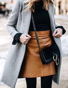 Falda en color camel, suéter negro y un abrigo gris. Combínalo con una bolsa chica negra para lograr un outfit de invierno espectacular, clásico y elegante.