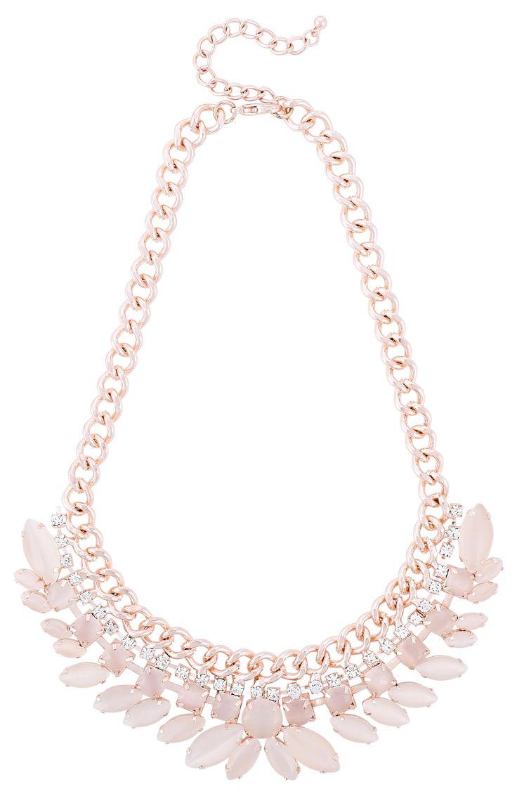 Materiale: Bellissimo collier color oro rosato costituito da molte pietre occhio di gatto in rosa chiaro collegate tra di loro da un filo di pietre di strass. Soprattutto con un outfit semplice questo collier diventerà...