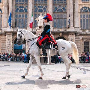 I Carabinieri a cavallo sfilano davanti a Palazzo Madama
