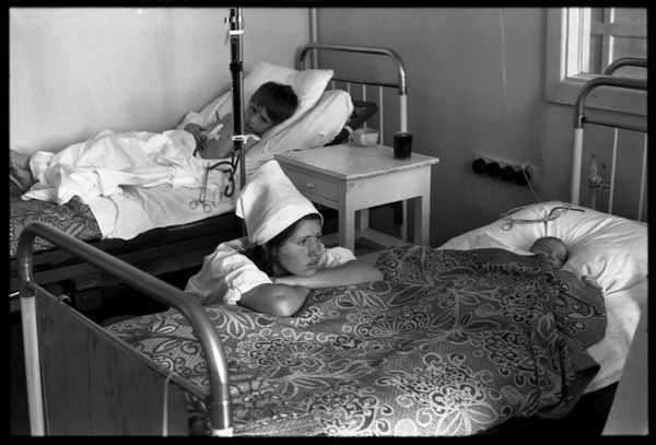 Владимир Соколаев. Медсестра-практикантка в отделении детской реанимации Городской больницы №1. Новокузнецк, июль 1977.