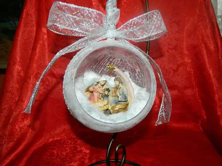 Presepe miniatura in sfera natalizia
