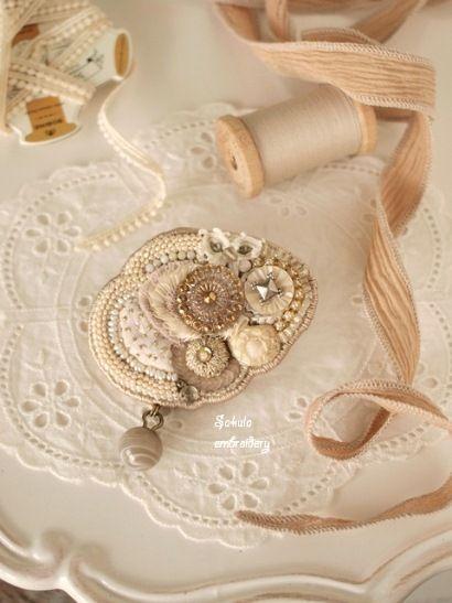 Sakula embroideryのアトリエ便り-エッグシェイプブローチ
