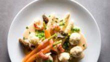 Ein Synonym für vorgekochtes Mischgemüse aus der Dose? Leipziger Allerlei. Dabei hat die deutsche Küche wenige so elegante Gerichte. Zeit für eine Wiederentdeckung.