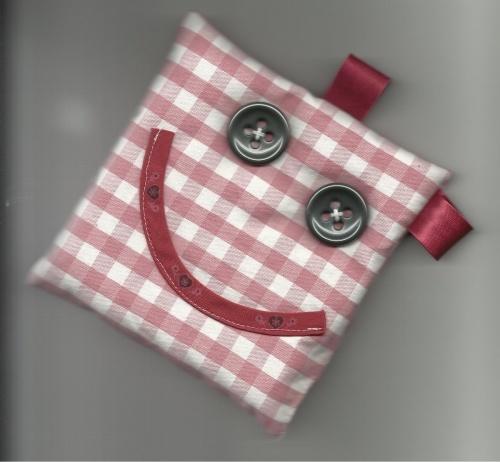 A faire cet été!! on ne peut parler que lorsqu'on a Mlle Sakamo dans les mains.    Un morceau de tissu, deux boutons pour les yeux, du biais pour la bouche et les oreilles, on remplit le coussin de riz, et le tour est joué !