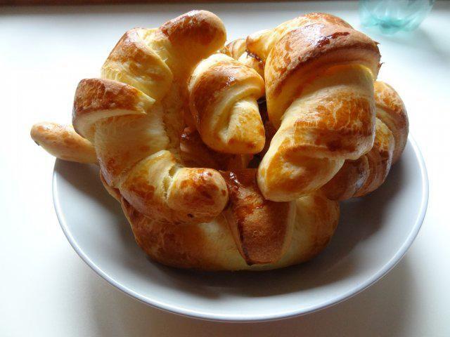Das perfekte Frühstücks-Butterhörnchen-Rezept mit Bild und einfacher Schritt-für-Schritt-Anleitung: Milch lauwarm erwärmen, Zucker, Hefe und 1 EL Mehl…