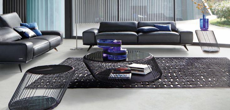 Table basse en fil d'acier laqué époxy noir, plateau verre fumé épaisseur 4mm.  Fabrication européenne.
