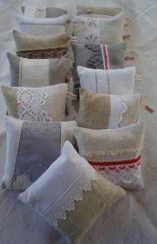 varios almohadones chicos en yute con tira bordada, encaje