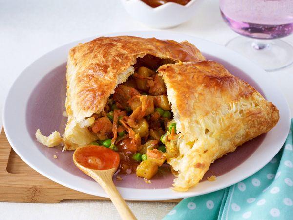 Lecker gefüllte Teigtaschen: Samosas mit Kartoffeln, Möhren und Erbsen