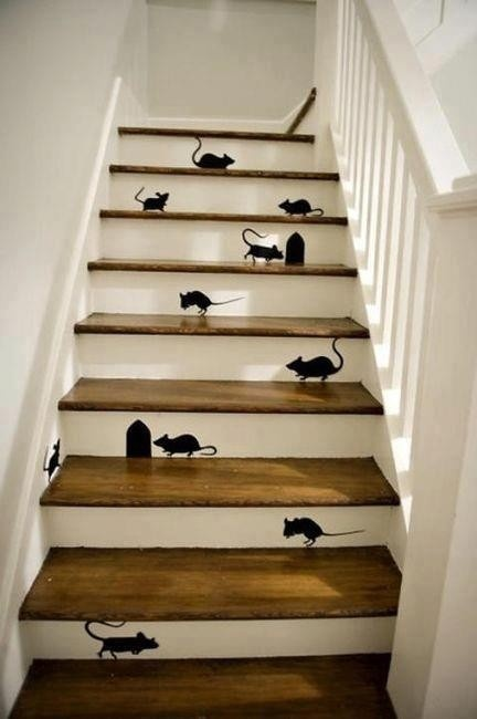 Muizen op de trap - love it. Probably has the effect of enhancing safety by drawing your eyes to the stairs.