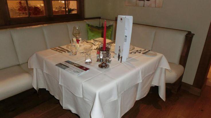 Ein schön gedeckter Tisch für den romantischen Abend zu zweit beim Valentistag-Dinner.