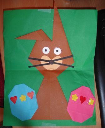 * De paashaas is gemaakt van 2 vliegers. De eieren van 12 vierkantjes (van 16 vierkantjes 1 rits vierkantjes eraf knippen).