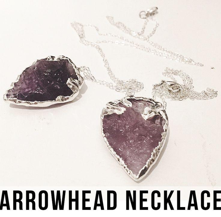 Bohemiskt halsband, hänge format som en pil / pilspets gjord av lila ametist kristall med sterling silver kanter. Tunn kedja av sterling silver. Välj mellan kort och lång längd. Vi älskar bohemiska smycken!
