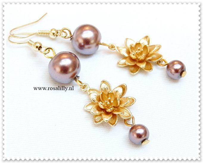 Bruidsoorbellen met gouden bloemen en mauve parels.Lengte: 6 cm -