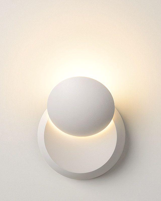 Surprenante et élégante, l'applique LED design Luna convient aussi bien pour l'intérieur que pour l'extérieur. Cette lampe murale vous surprendra par sa puissance et par sa forme compacte.