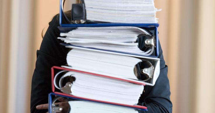 Cómo arreglar carpetas. Las carpetas pueden ayudarte a organizar casi todo, inclusive las tareas domiciliarias, fotos, recibos y recetas. Aún en un mundo digital, es fácil depender de la conveniencia de una carpeta de anillas. Pero una vez que se salen las anillas, el contenido ya no queda intacto. Eso puede llevar a que se caigan los papeles y produzca frustración. Sin ...