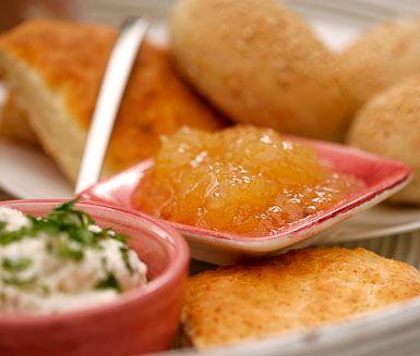 Med detta recept tillagar du din egen goda marmelad av citroner. Citronmarmeladen har en perfekt balans av syran från citronerna och sötman från sockret.