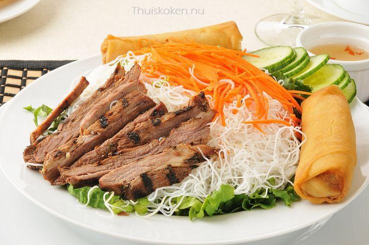Lichte maaltijdsalade maken voor de lunch of avondeten. Weinig calorieën en eenvoudig te maken. Maak nu zelf een rundvlees salade en verse ingrediënten!