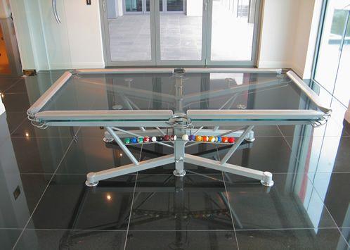 Durchsichtiger Billiardtisch