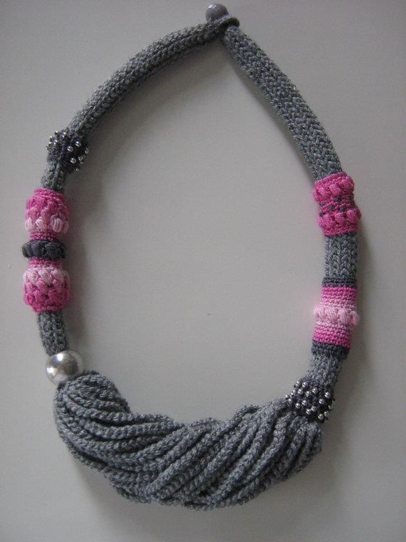 collar tejido color gris y rosado