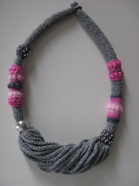 collar tejido color gris y rosado