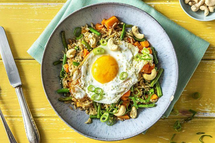 Krokant gebakken rijst met spiegelei, roerbakgroenten en cashewnoten Recept | HelloFresh