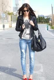 pantalones rotos algunas personas les parece chacal estos jeans pero no combinarlo con chamarras de cuero,blusa censilla y algo de color como los zapatos rojos !