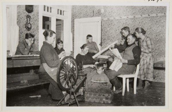 iltatöitä eli puhdetöitä Kaltulassa. Oksanen Aino, kuvaaja 1929