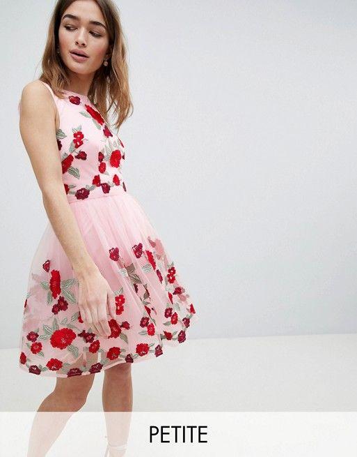 5077a8c8a Vestido de graduación con bordado floral de Chi Chi London Petite ...
