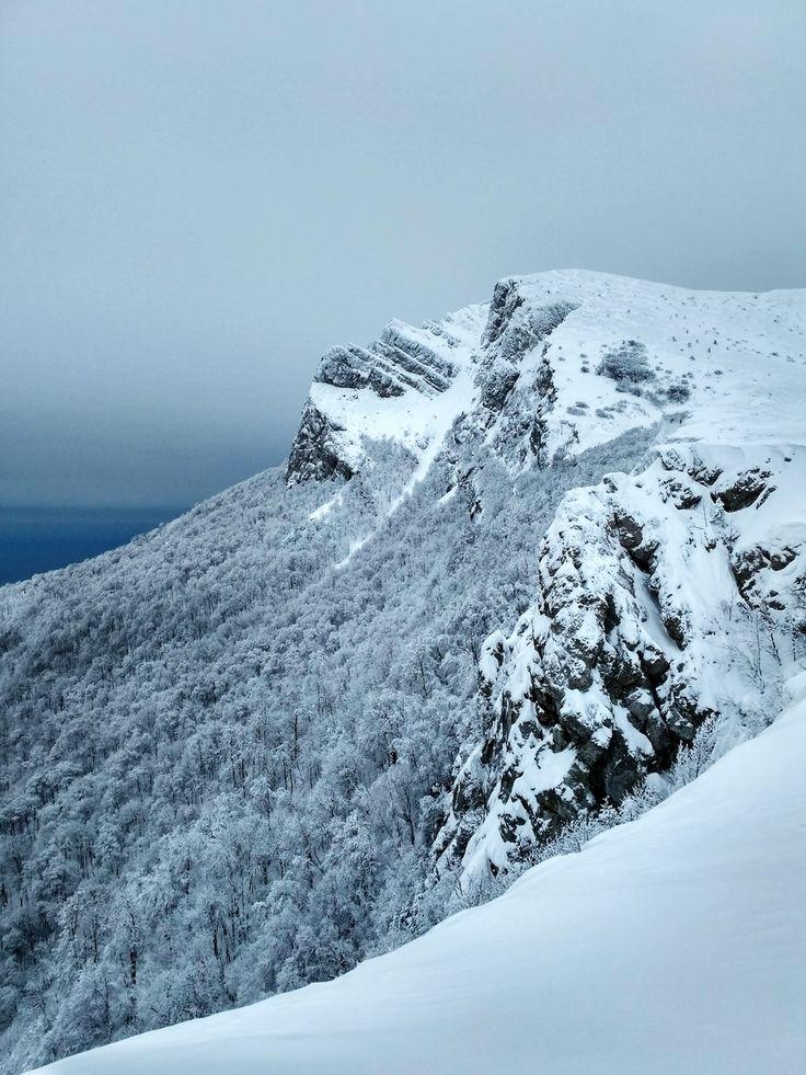 """Вид на кусочек плато Чатыр-Даг с вершиной Ангар-Бурун. Расщелина похожая на """"пробор"""" - это и есть Холодный кулуар по которому мы поднимались. В уголке на заднем плане синеет море.   С уважением к приключениям, команда hikeup.net"""