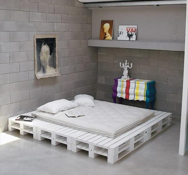 DIY Chic White Platform Pallet #Bed | 99 Pallets