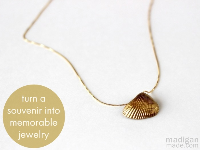 Necklace from seashell covered with gold leaf paint.Diy Ideas, Beach Crafts, Seashells Necklaces, Sea Shells, Diy Necklaces, Gold Seashells, Keepsake Necklaces, Diy Jewelry, Diy Seashells