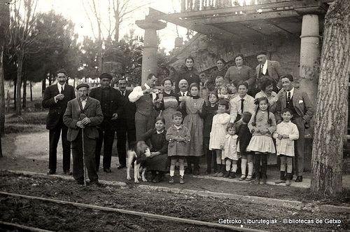 Familia Uribarri y amigos retratados en el antiguo Jolastoki, en Avda. de Los Chopos, años 20 (Cedida por Josune Elizondo) (ref. 05206)
