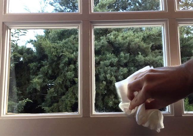 20. Nettoyer les rails des vitres avec du vinaigre blanc Lors du lavage des vitres, le plus difficile est d'accéder à l'encadrement, aux coins des rails. Pour parvenir à enlever toutes les saletés, munissez-vous d'un simple coton-tige. Il suffit de le tremper dans du vinaigre blanc et de nettoyer le rail avec. À l'aide d'une