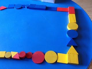 Dòmino amb blocs lògics i criteri d'igual color.