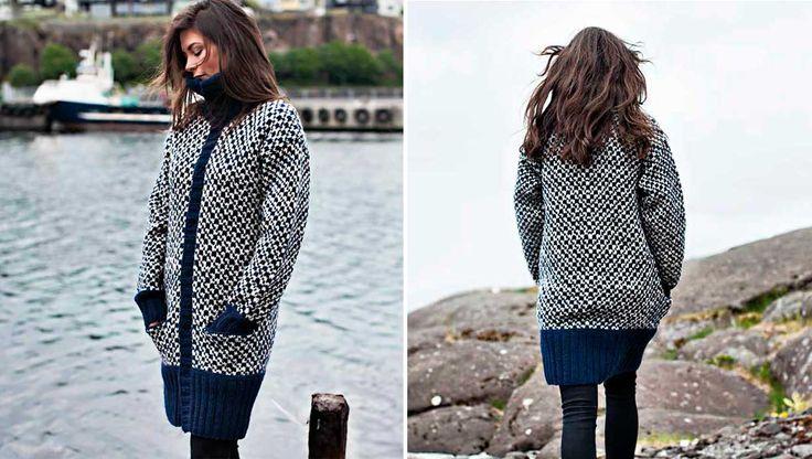 """Strik den smarte damejakke der er inspireret af de gamle sømandstrøjer og strikket i tyk norsk uld. Jakken har skjult lukning midtfor og skjulte lommer. Opskriften har vi lånt fra """"Færøsk strikkebog""""."""
