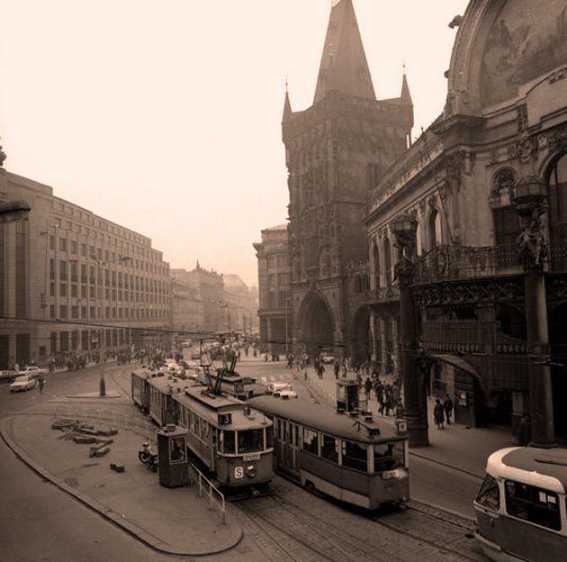 Dovedete si představit, kudy všude kdysi jezdila vPraze tramvaj a jaké kuriozity se vtramvajové dopravě za sto čtyřicet let objevily? Pokud ne, jste na správné adrese. Některé snímky i skutečnosti, jsou nejen zajímavé, ale také úsměvné. Víc prozrazovat ...