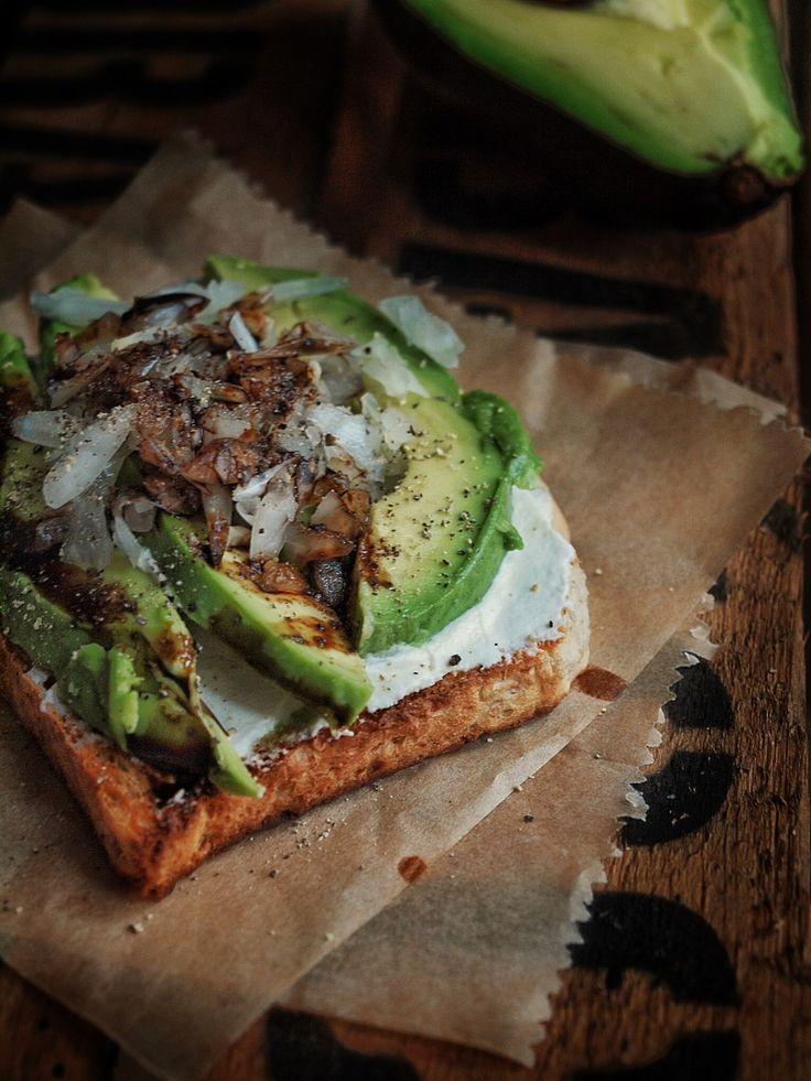 Großartiges Frühstück Avocado Toast mit Frischkäse, Zwiebeln und Balsamico Creme